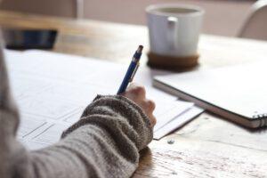 pisząca osoba